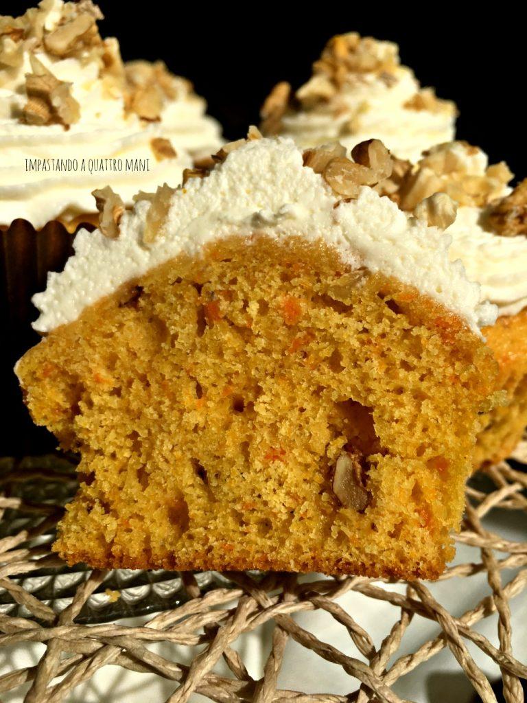 interno del cupcake alla zucca e noci con frosting al mascarpone
