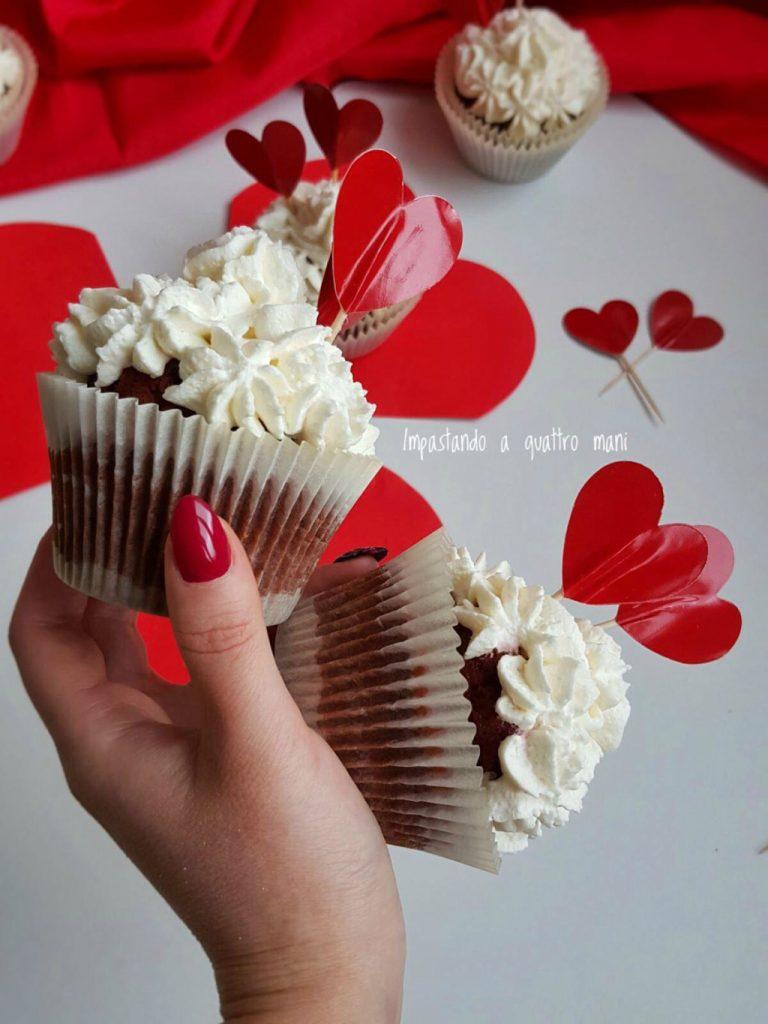cupcake red velvet con frosting al mascarpone e base di biscotto