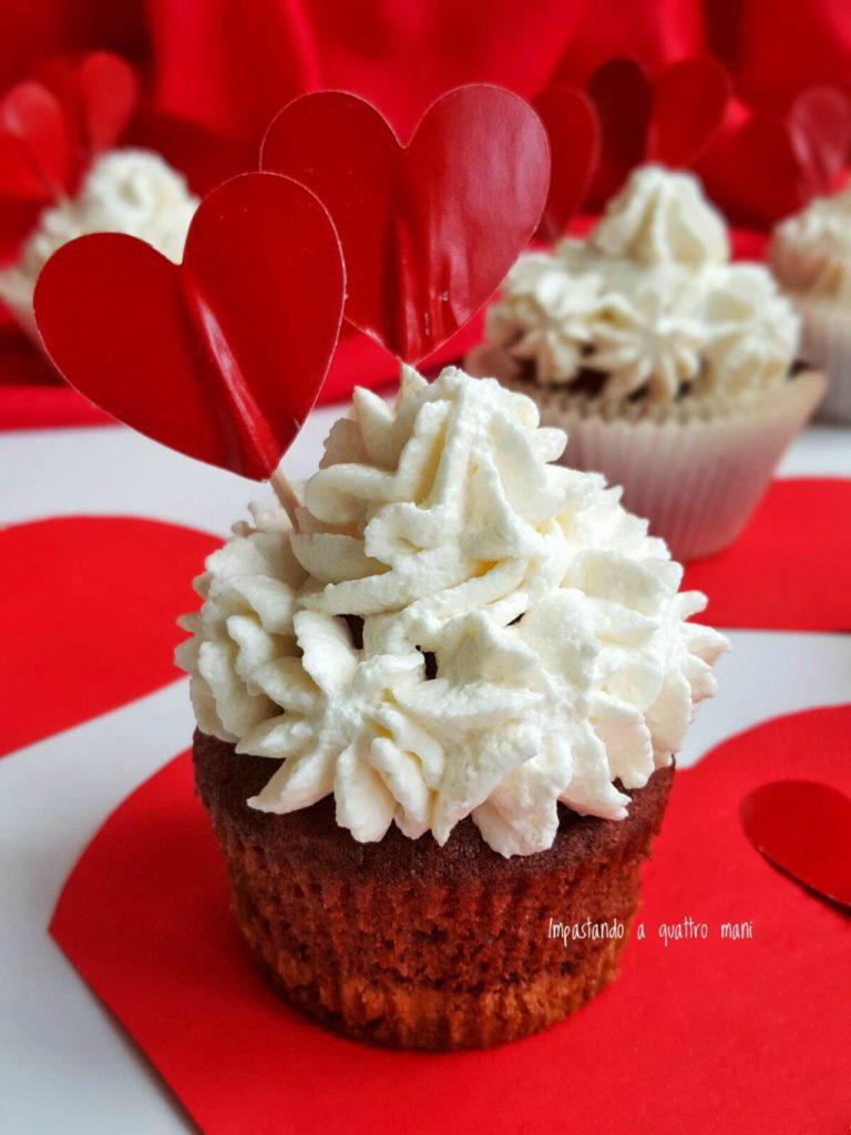 cup cake red velvet con frosting al mascarpone e base di biscotto