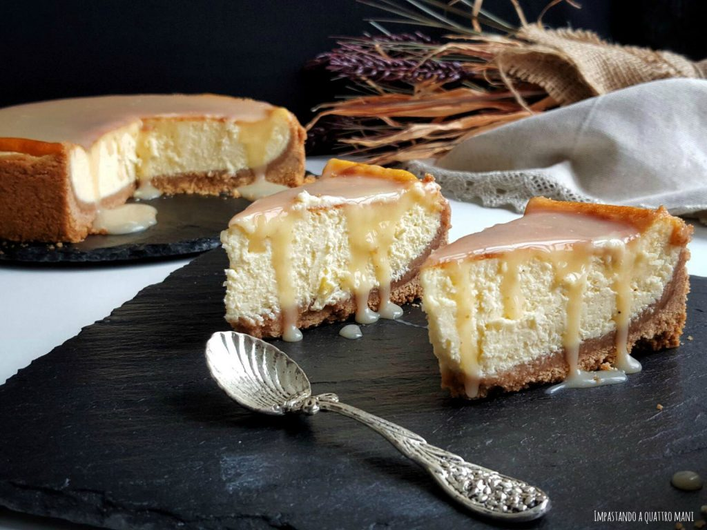 cheesecake newyorkese cotta in forno, con salsa al caramello