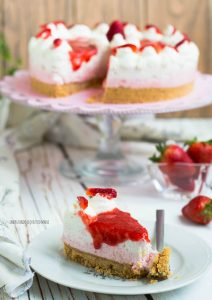 cheesecake alle fragole e yogurt greco alla vaniglia senza forno
