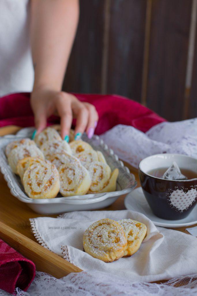 girelle biscotto di pasta frolla con confettura e granella di nocciole