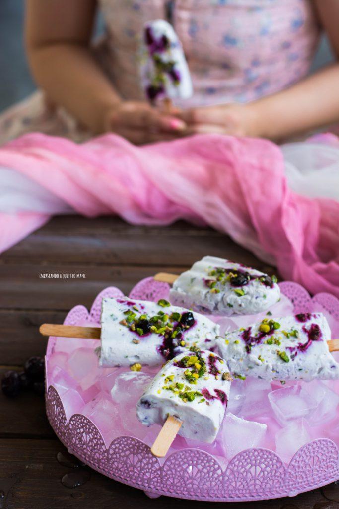 gelato al mascarpone con pistacchi variegato ai mirtilli, senza gelatiera