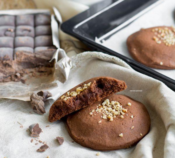 biscotti al cacao con cuore morbido di formaggio e cioccolato