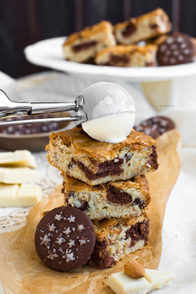 preparazione blondies al cioccolato bianco e pan di stelle con frutta secca