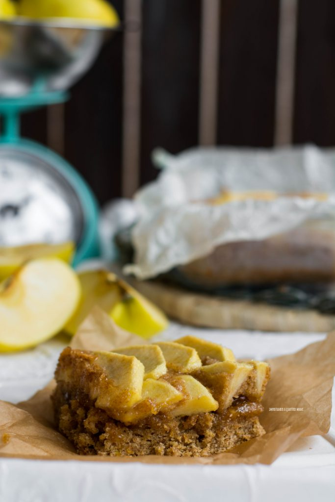 torta integrale con confettura e mele che esce già farcita dal forno